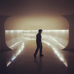本館と、目玉型の建物を繋ぐ地下トンネル。