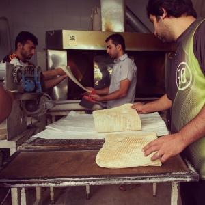 一番見ていて面白かったのが、ラバーシュを作っているところ。良く伸びる生地を二人で伸ばし熱々の鉄板の上へ。15秒焼いたら出来上がりです。アルメニア原産のこのパン、ハーブ等を巻いて食べます。