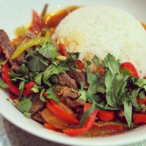 カラコルにて夜ご飯。こちらは中央アジアごはん、ガンファン。ラグマンの具がご飯にかかったような味わい。